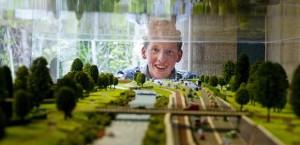 Remko Dijkstra, leerling Nordwin, bij de maquette die hij maakte voor groen rond het Drachtsterplein