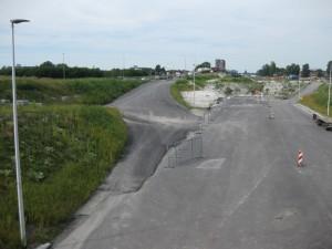 De nieuwe geasfalteerde weg. Links de tijdelijke route naar de brug.