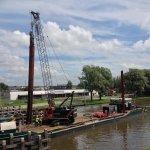 Eerste paal voor geleidewerk Zwettebrug